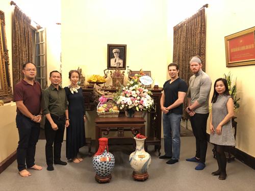 Ông Randy Dobson - Chủ tịch CMG.ASIA (thứ ba từ phải sang) cùng ban lãnh đạo vừa đến thăm khu tưởng niệm của Đại tướng Võ Nguyên Giáp.