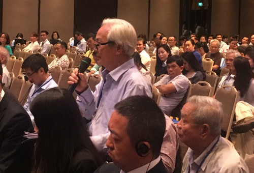 Cổ đông Eximbank chất vấn tại đại hội sáng nay. Ảnh: Lệ Chi.