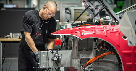 Công nhân làm việc tại nhà máy Tesla ởFremont, California. Ảnh: Getty