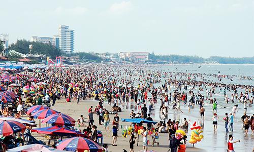 Bãi biển Vũng Tàu đông nghịt người chiều 30/4. Ảnh:Nguyễn Khoa