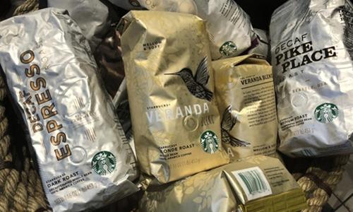 Các gói cà phê của Starbucks bên trong một cửa hàng của hãng này ở New York. Ảnh: Reuters