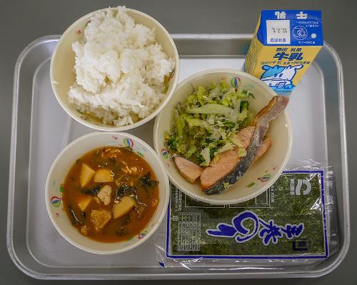 Suất ăn của học sinh tiểu học tại Nhật Bản với đầy đủ dưỡng chất.