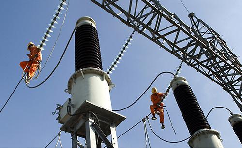 Công nhân ngành điện bảo trì lưới điện cao thế. Ảnh: Đỗ Tuấn