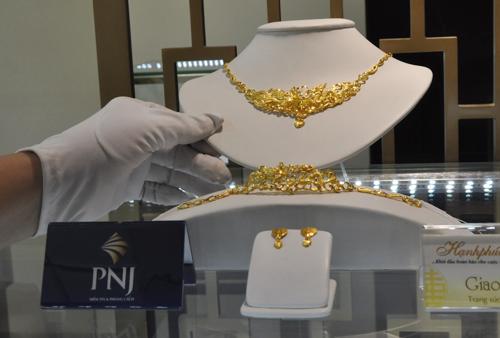 Giá vàng miếng tiếp tục giảm, USD tăng - ảnh 1