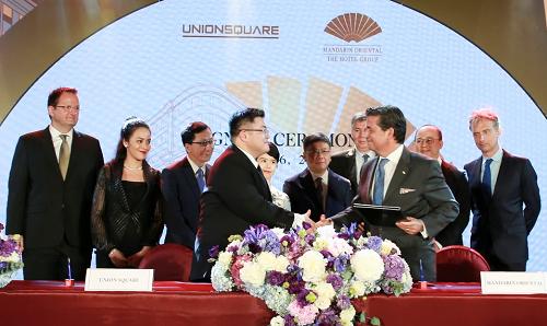 Ông Richard Baker, Giám đốc Quan hệ Đối ngoại Cấp cao của Tập đoàn Khách sạn Mandarin Oriental (phải) và Ông Johnathan Au, Tổng Giám đốc Union Square Saigon (trái), cùng đại diện lãnh đạo cấp cao hai bên tại buổi lễ ký kết.