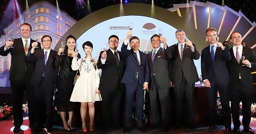 Đại diện lãnh đạo cấp cao của Tập đoàn khách sạn Mandarin Oriental và Union Square nâng ly chúc mừng sự kiện hợp tác giữa hai bên.