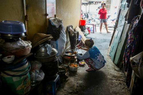 Vì nhà quá nhỏ, nhiều hoạt động như nấu nướngphải diễn ra bên ngoài. Ảnh: AFP
