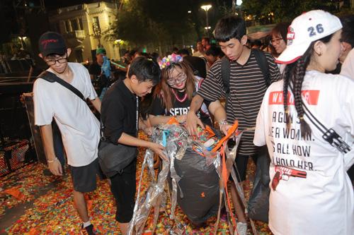 Với tinh thần P-L-U-R (Peace - Love - Unity - Respect), nhiều bạn trẻ còn tự nguyện nhặt rác ngay khi sự kiện để giữ gìn thành phố luôn xanh, sạch và đẹp.