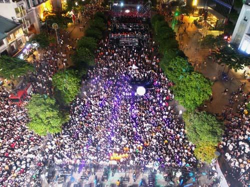 Phố đi bộ thất thủ với hơn 40.000 người tham dự.