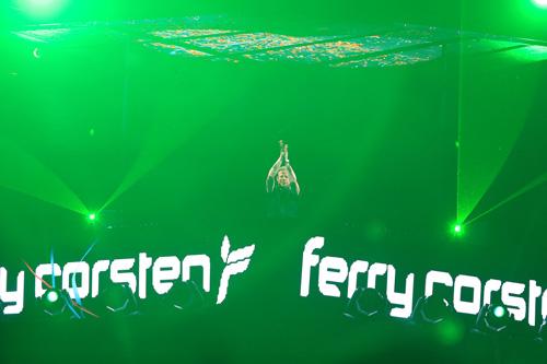 Bên cạnh đó, mọi người được tận hưởng âm nhạc đỉnh cao được trình diễn bởi huyền thoại nhạc Trance - DJ Ferry Corsten ngay tại trung tâm thành phố.