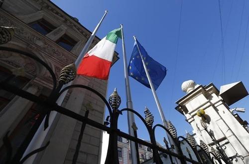 Cờ Italy và EU bên ngoài Đại sứ quán Italy tại Nga. Ảnh: Reuters