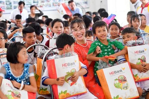 CEO Vietjet thăm trẻ mồ côi làng SOS Nha Trang nhân dịp 1/6