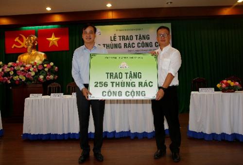Phú Mỹ Hưng tặng 256 thùng rác cho quận 7