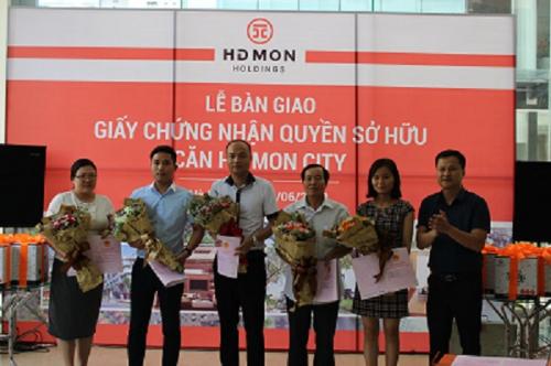 Chủ đầu tư dự án Mon City trao sổ đỏ cho cư dân