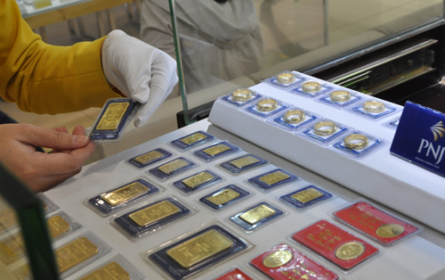 Giá vàng miếng tăng cả trăm nghìn mỗi lượng