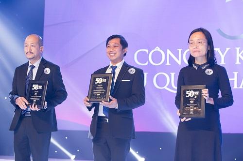 Ông Đoàn Đình Duy Khương, Quyền tổng giám đốc Công ty CP Dược Hậu Giang (giữa) nhận chứng nhận vào danh sách Top 50 công ty kinh doanh hiệu quả nhất Việt Nam năm 2018.