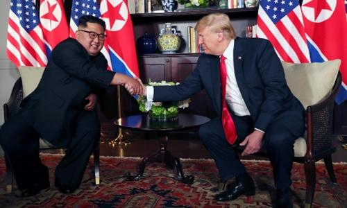 Ông Kim Jong Un và Donald Trump bắt tay nhau trước cuộc họp sáng nay. Ảnh: Reuters
