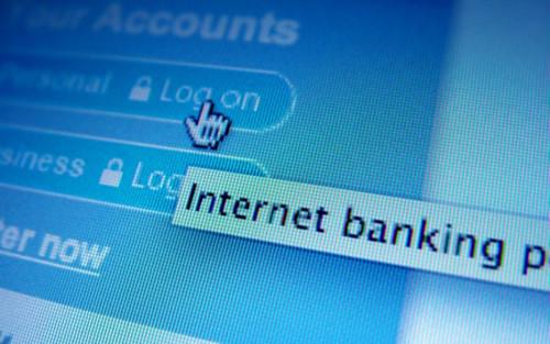 Khi khách hàng đăng ký dịch vụ internet banking thì nhân viên ngân hàng phải trao đổi với khách, hỏi rõ số điện thoại đăng ký dịch vụ có phải chính chủ không để kịp thời cảnh báo.