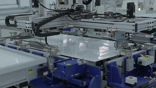 Tổ hợp nhà máy sản xuất tấm pin năng lượng mặt trời mới của IREX sử dụng dây chuyền sản xuất tự động hóa hoàn toàn, giúp giảm sai sót và tăng năng suất.