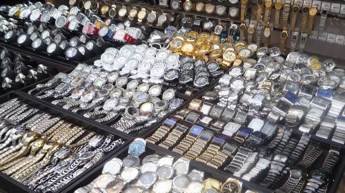 Đồng hồ giả được bày phân phối tràn lan, công khai.
