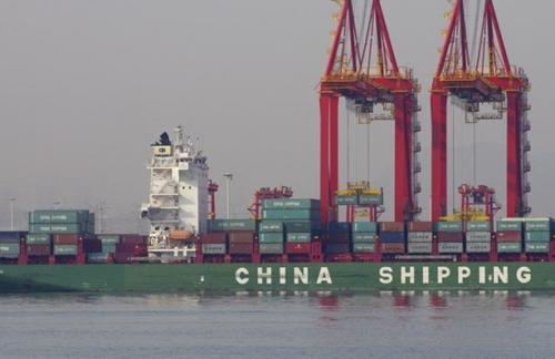 Container trên 1 tàu thủy ở cảng ở Sơn Đông (Trung Quốc). Ảnh: Reuters