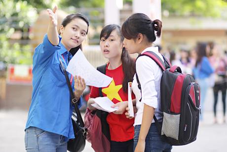Nữ thí sinh mặc áo cờ đỏ sao vàng tham dự kì thi quốc gia năm 2014 (Ảnh: Dân trí)