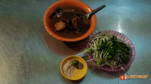 Bên cạnh đây Bạc Liêu đâyn tiếp thực khách bằng sự giản dị của một vài món ngon như hủ tiếu cari Vịt, bánh Cóng hay hải sản ở bãi biển nhà Mát.