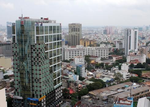Cao ốc văn phòng Sun Wah Tower trên phố đi bộ Nguyễn Huệ, quận 1, TP HCM. Ảnh: Vũ Lê