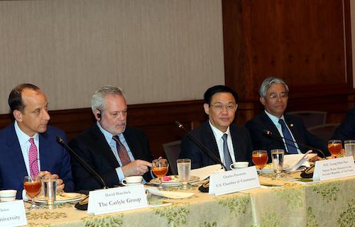 Phó thủ tướng Vương Đình Huệ (thứ 2 từ phải sang) trong buổi gặp có 1 vài công ty Mỹ. Ảnh: VGP