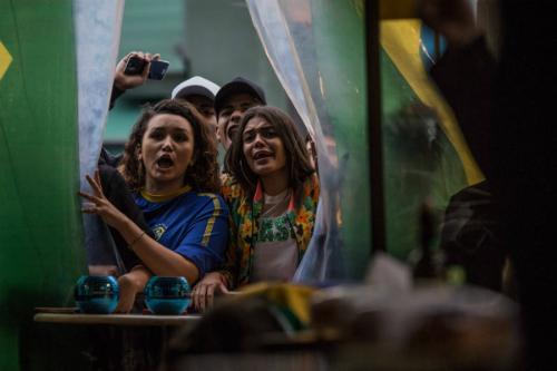 Người hâm mộ Brazil xem TV ủng hộ đội nhà. Ảnh: Bruno Santos