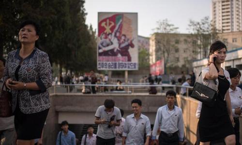 Người dân Triều Tiên tản bộ trên các con phố phố Bình Nhưỡng. Ảnh: CNN
