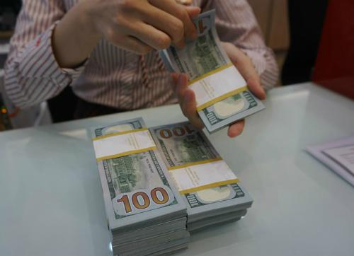 Giao dịch USD tại một ngân hàng cổ phần ở TP HCM. Ảnh: Anh Tú.