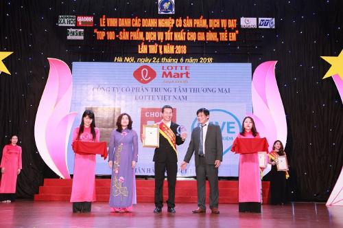 Đại diện Lotte Mart Việt Nam nhận biểu trưng Top 100 sản phẩm, dịch vụ tốt nhất cho gia đình, trẻ em năm 2018.
