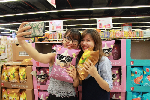Khách hàng thích thú có các mặt hàng của Choice L ở Lotte Mart.
