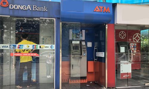 Khách hàng chuyển nhượng ở 1 ATM của DongA Bank. Ảnh: Ngân Hà.