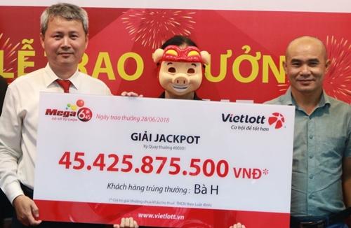 Vietlott trao giải 45,4 tỷ đồng trước thuế cho bà H.