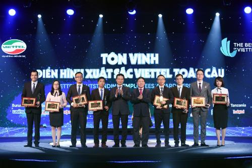 Tổng Giám đốc Nguyễn Mạnh Hùng (thứ tư từ trái sang) trao giải cho 8 cá nhân hoàn hảo.