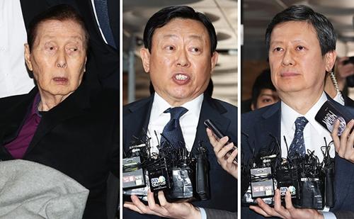 Shin Kyuk Ho (trái) cộng hai con trai Dong-bin và Dong-joo. Ảnh: Korea Times