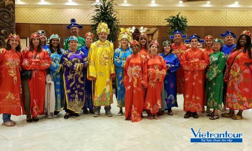 Đoàn khách quốc tế tham dự 1 vài vận hành trải nghiệm du lịch ở Việt Nam.