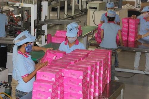 Đóng gói giấy ăn ở Công ty cổ phần Giấy Sài Gòn. Ảnh:SGP