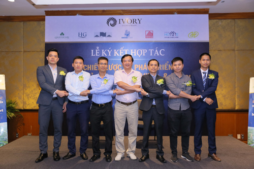 Đại diện chủ đầu tư thực hiện nghi thức hợp tác với các đối tác chiến lược phát triển dự án nghỉ dưỡng cao cấp Ivory Villas & Resort.