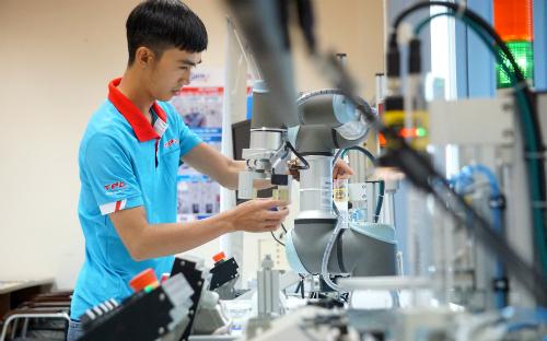 Một góc tổ hợp thực hành robot tự động hóa của Trung tâm Đào tạo và Chuyển giao công nghệ Việt Nhật thuộc Khu công nghệ cao TP HCM. Ảnh: Viễn Thông