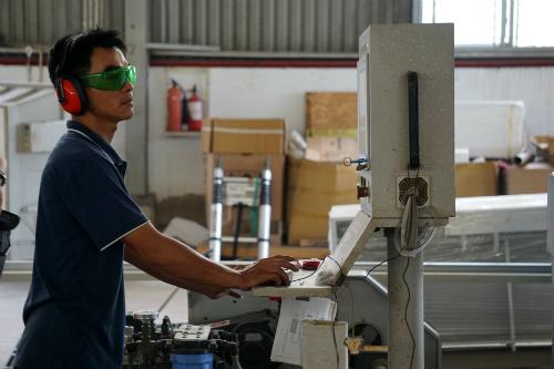 Công nhân điều khiển máy cắt bằng tia nước tại một nhà máy ở Khu công nghiệp Tân Tạo (TP HCM). Ảnh: Viễn Thông