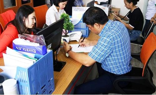 Các khách hàng đã đến doanh nghiệp từ rất sớm để đã đi vào hoạt động 1 số thủ tục cuối cộng.