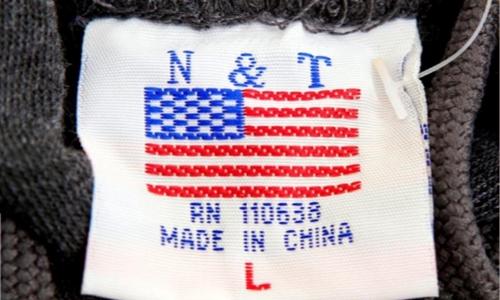 Mác áo 1 chiếc áo len phân phối trong 1 cửa hàng lưu niệm ở Washington (Mỹ). Ảnh: Reuters