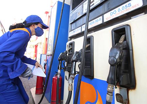 Theo dõi số lượng phân phối xăng dầu ở 1 cây xăng của Petrolimex. Ảnh: Ngọc Thành