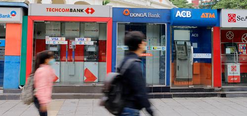 Sau một lần bị chỉ đạo hoãn, các ngân hàng lớn lại đồng loạt thông báo tăng phí rút tiền ATM nội mạng. Ảnh: Thanh Hải.