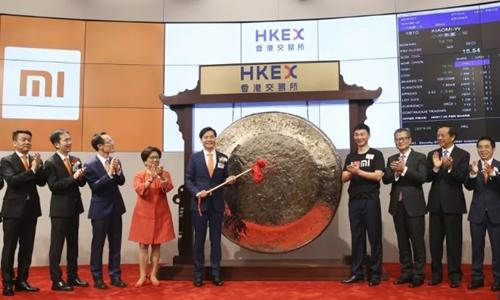 Chủ tịch kiêm CEO Xiaomi - Lei Jun đánh cồng trước phiên mua phân phối Thứ nhất sáng nay. Ảnh: SCMP