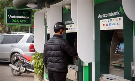 1 vài ngân hàng lớn tạm thời chưa tăng phí rút tiền ATM nội mạng. Ảnh minh họa.