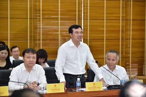 Thứ trưởng Hoàng Quốc Vượng đứng lên báo cáo về lĩnh vực năng lượng có Tổng bí thư Nguyễn Phú Trọng. Ảnh: Nhật Bắc